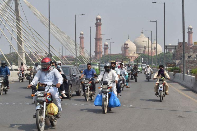 코로나19 차단을 위해 시행했던 전국적인 봉쇄조치를 완화한 지난해 5월 파키스탄의 한 거리 [사진=연합뉴스]