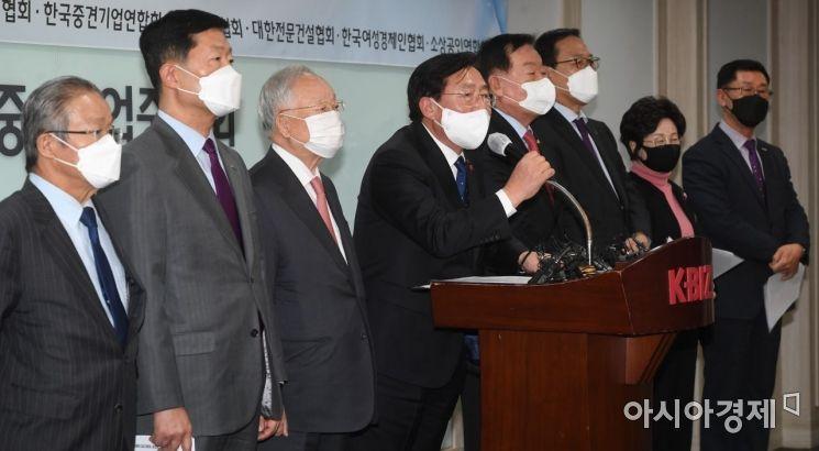 지난 6일 서울 영등포구 중소기업중앙회에서 열린 중대재해기업처벌법 제정에 대한 경제계 입장발표 기자회견에서 김기문 중기중앙회장이 발언하고 있다. /문호남 기자 munonam@