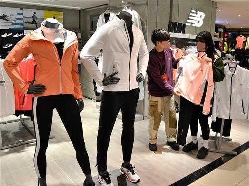 레깅스가 전시된 한 패션 브랜드 매장. 사진은 기사 중 특정표현과 관계없음. [이미지출처=연합뉴스]