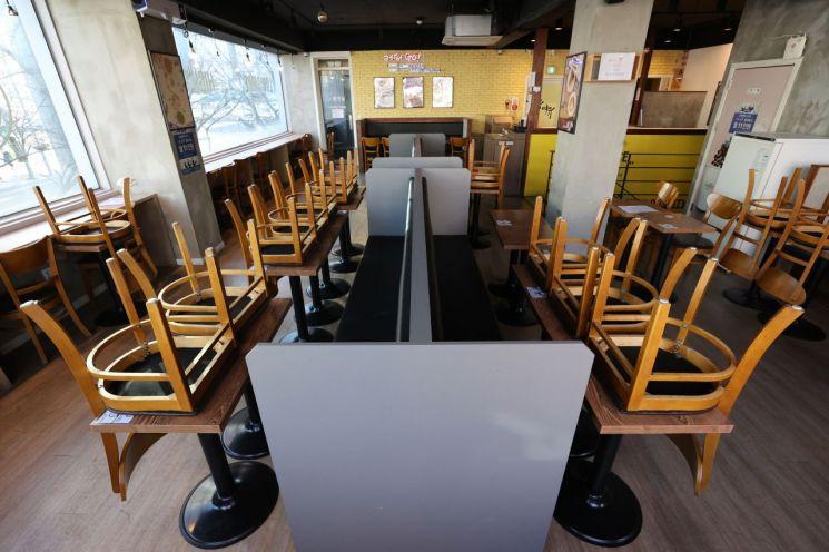 서울 관악구의 한 카페 내부 좌석 이용이 금지돼있다.<이미지:연합뉴스>