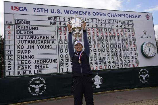 김아림이 US여자오픈 오픈 우승 직후 리더보드 앞에서 트로피를 들고 환호하는 모습이다.