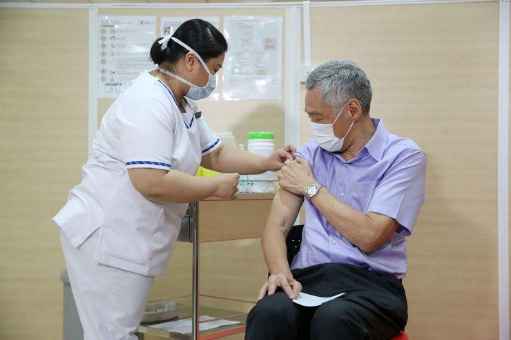 신종 코로나바이러스감염증(코로나19) 백신을 접종하고 있는 리셴룽 싱가포르 총리 [이미지출처=AP연합뉴스]