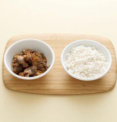 1. 삶은 꼬막은 살만 발라낸다. 쌀은 물에 씻어 20분 정도 불려 체에 밭친다. 물미역은 먹기 좋은 크기로 썰고 부추는 잘게 썬다. (Tip 삶은 꼬막 대신 통조림 꼬막을 이용해도 좋다.)
