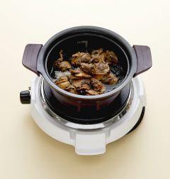 2. 솥에 물미역과 쌀을 섞어 넣고 꼬막을 얹어 밥을 짓는다.