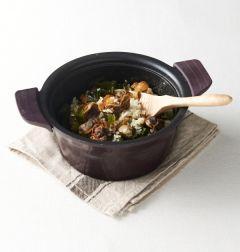 4. 분량의 양념장 재료를 섞어 잘게 썬 부추와 섞어 밥에 곁들인다.