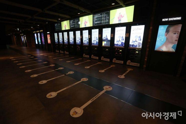 12일 서울 시내 한 영화관이 썰렁하다. 이날 영화진흥위원회 영화관입장권 통합전산망에 따르면 전날 영화관을 방문한 관람객 수는 1만776명이다. 영진위가 2004년 공식 집계를 시작한 이래 가장 낮은 수치다. /문호남 기자 munonam@