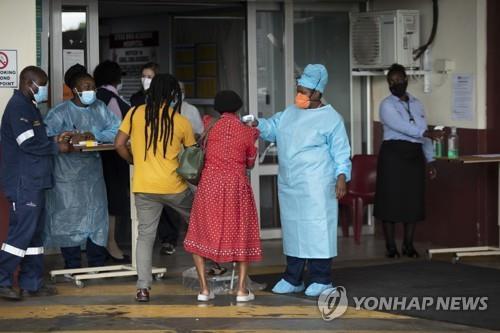 11일(현지시간) 남아프리카공화국 프리토리아의 한 병원에서 보건직원이 노인 환자의 체온을 재고 있다. / 사진=연합뉴스