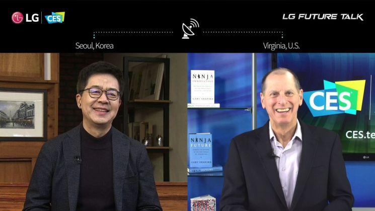 LG Electronics CTO President Park Il-pyeong (left) and US Consumer Technology Association (CTA) CEO Gary Shapiro are having a conversation.