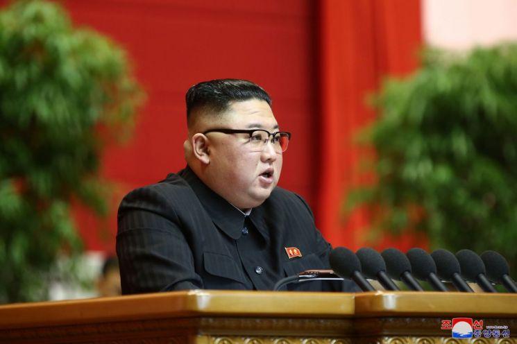 """김정은 노동당 총비서가 13일 8차 당대회를 마무리하며 군사력 강화에 대한 의지를 다시 드러냈다.     조선중앙통신은 13일 전날 김정은 총비서가 결론에서 """"핵전쟁 억제력을 보다 강화하면서 최강의 군사력을 키우는데 모든 것을 다해야 한다""""고 말했다고 전했다.    지난 5일 개회한 당대회는 12일까지 총 8일간의 일정을 끝으로 마무리됐다."""
