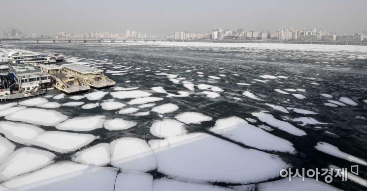 연이은 한파로 한강이 결빙된 13일 서울 원효대교에서 바라본 한강 얼음에 전날 내린 눈이 쌓여 있다./강진형 기자aymsdream@