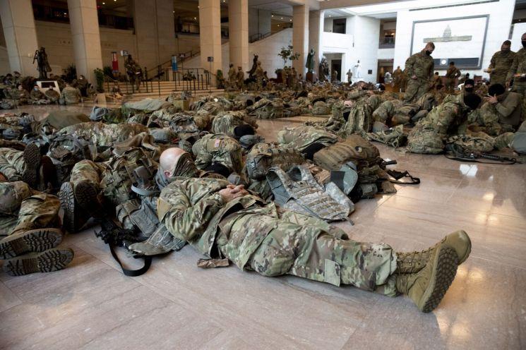 주 방위군들이 의사당 바닥에 누워 휴식을 취하고 있다. [이미지출처=EPA연합뉴스]