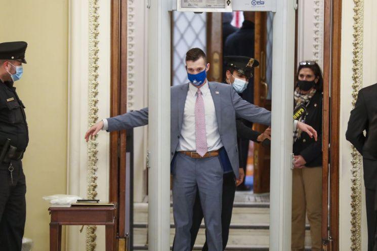 미 의회 의사당 출입자들이 금속탐지기를 통과하고 있다. [이미지출처=EPA연합뉴스]