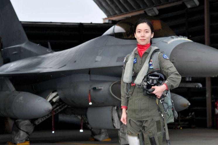 여군 최초로 '전술무기교관' 자격을 획득한 공군 39정찰비행단 159전투정찰비행대대 소속 김선옥 소령(진)(공사 60기)이 자신의 주기종인 F-16 전투기 앞에서 포즈를 취하고 있다. (사진제공=공군)