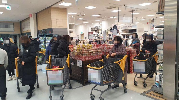 13일 오후 서울 성동구 소재 한 대형마트에서 이용객들이 물건을 고르고 있는 모습
