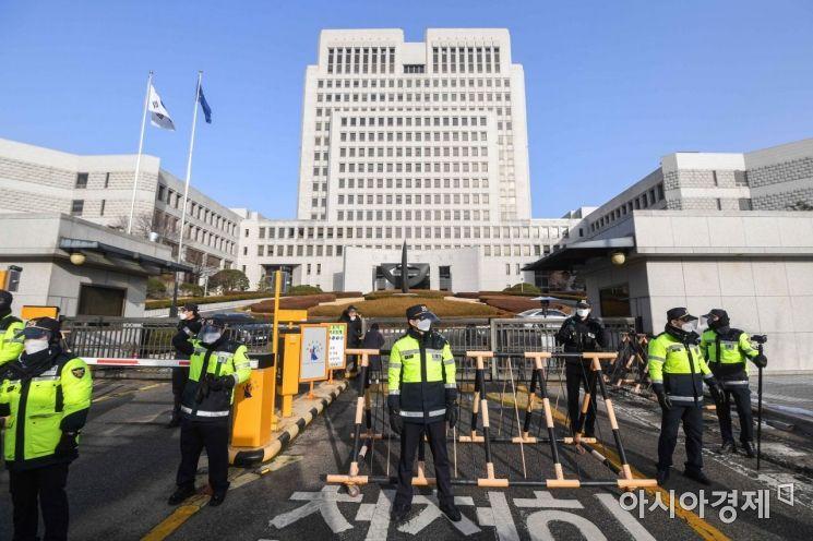 국정농단 사건 등으로 재판에 넘겨진 박근혜 전 대통령 재상고심일인 14일 서울 서초구 대법원 앞에 경찰병력이 출입을 통제하고 있다./강진형 기자aymsdream@