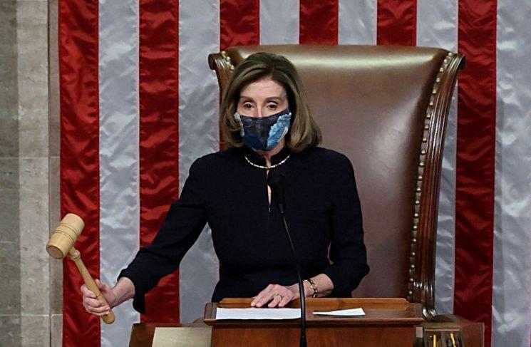 낸시 펠로시 하원 의장이 트럼프 대통령 탄핵 소추안 가결을 발표하고 있다. [이미지출처=로이터연합뉴스]