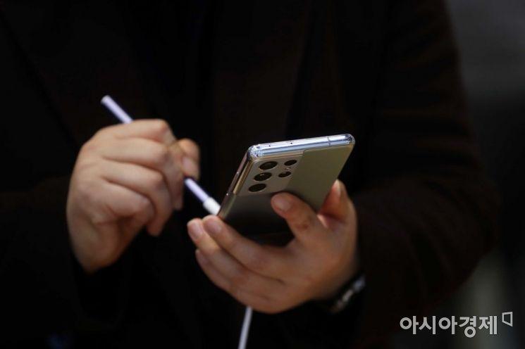 강남구 삼성전자 딜라이트샵을 찾은 시민들이 제품을 살펴보고 있다. /문호남 기자 munonam@