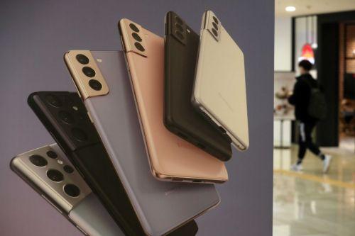 삼성전자가 15일 새벽 '갤럭시 언팩 2021' 행사를 열고 스마트폰 '갤럭시 S21' 시리즈를 공개했다. 이날 강남구 삼성전자 딜라이트샵에 관련 제품 홍보물이 래핑돼 있다. /문호남 기자 munonam@