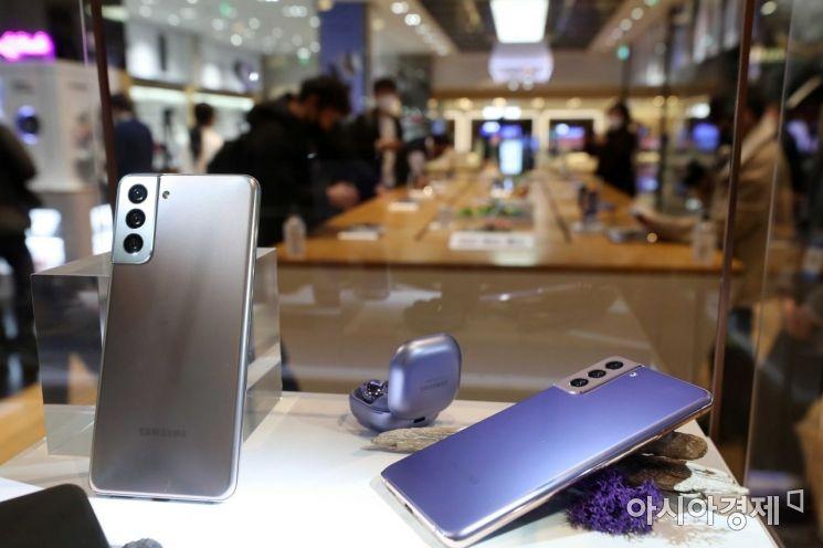 삼성전자가 15일 새벽 '갤럭시 언팩 2021' 행사를 열고 스마트폰 '갤럭시 S21' 시리즈를 공개했다. 이날 강남구 삼성전자 딜라이트샵을 찾은 시민들이 제품을 살펴보고 있다. /문호남 기자 munonam@