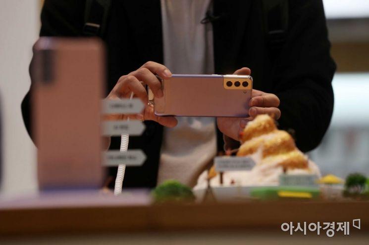 15일 서울 강남구 삼성전자 딜라이트샵에서 시민들이 '갤럭시 S21' 제품을 살펴보고 있다. /문호남 기자 munonam@