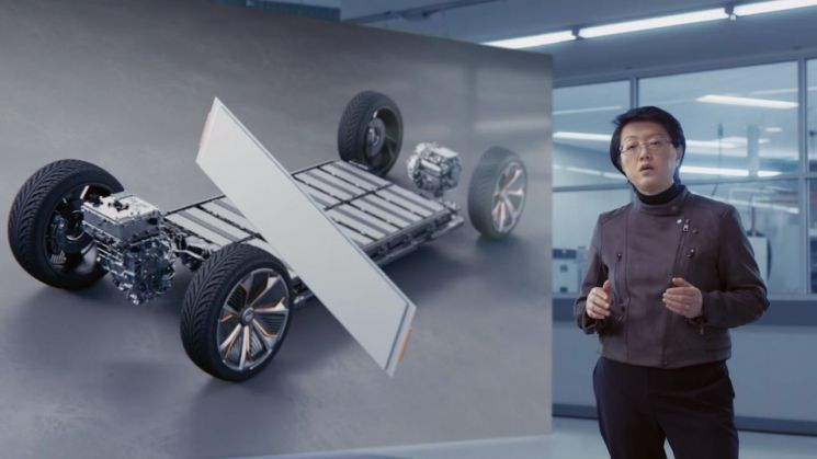 메이 카이 GM 랩그룹 매니저가 LG에너지솔루션과 합작을 통해 개발 중인 얼티움 배터리 플랫폼을 2021 CES 에서 설명하고 있다./사진=GM