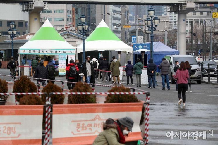 지난 15일 서울역 광장에 마련된 코로나19 임시 선별검사소에서 시민들이 검사를 받기 위해 줄을 서고 있다. /문호남 기자 munonam@