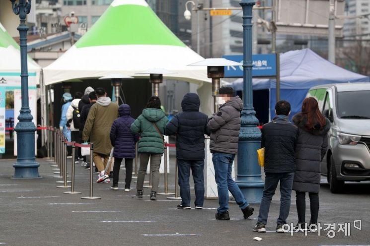 서울역 코로나19 임시 선별검사소에서 시민들이 검사를 받기 위해 줄을 서고 있다. 사진은 기사와 무관함 /문호남 기자 munonam@
