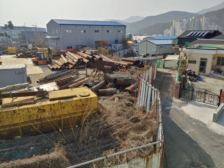경남 양산시 상북면 대석리 대성마을 주민들이 인근 업체에서 2년 전부터 날아드는 녹슨 쇳가루로 고통의 나날을 보내고 있다.