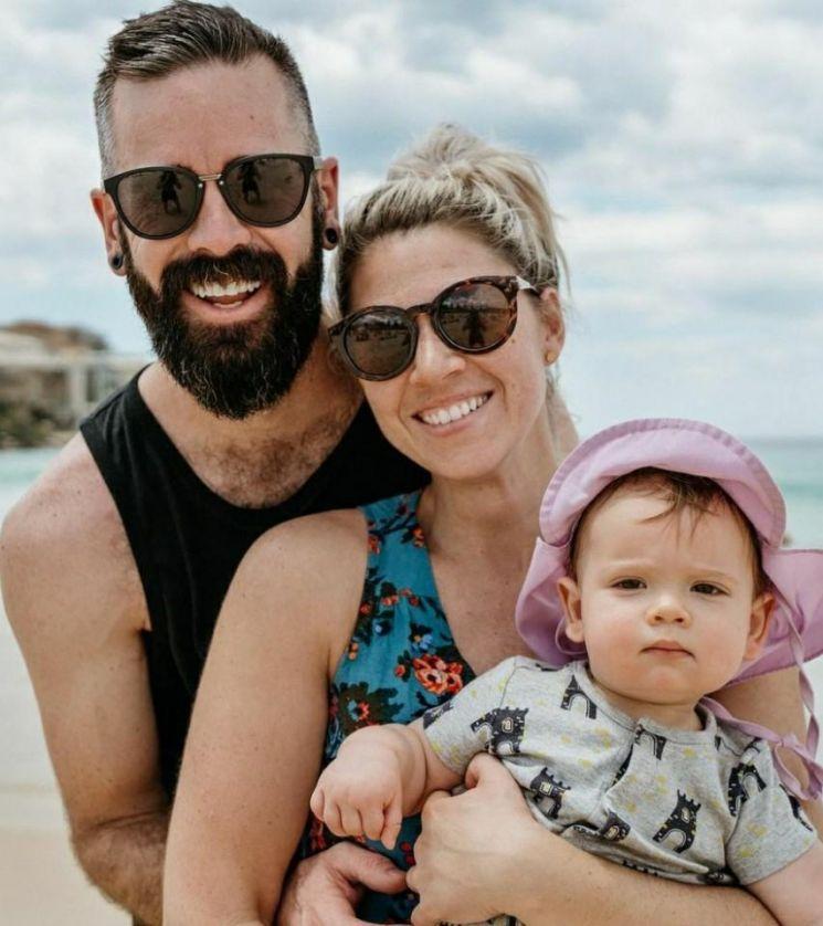 '창의적인 성교육' 으로 자신의 아들에게 성별을 알려주지 않은 호주 부부 카일(가운데), 브렌트 부부와 그들의 아들 주머. 사진출처 = 연합뉴스