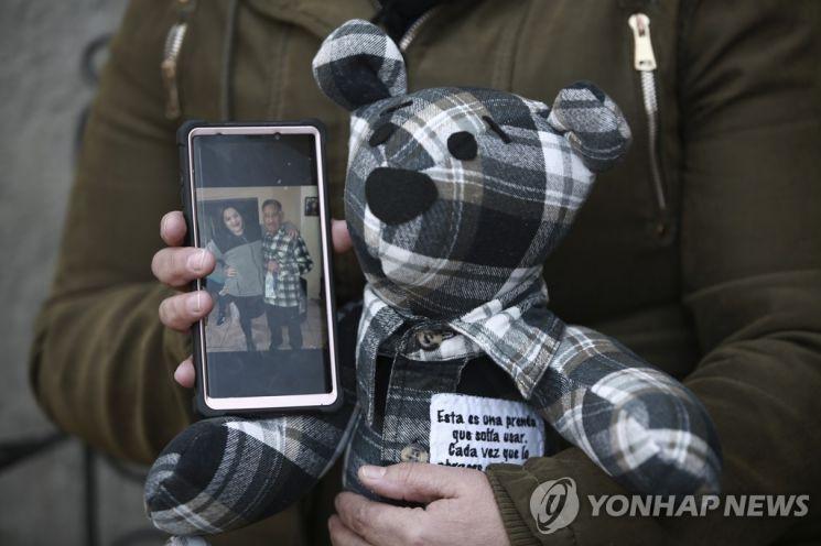코로나19로 숨진 아버지의 셔츠로 만든 곰 인형. 사진출처 = 연합뉴스