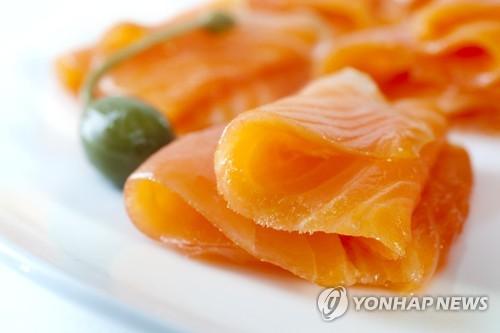 중국은 베이징 신파디(新發地)시장 내에 수입 연어를 절단할 때 쓰는 도마에서 코로나19가 검출된 이후 연어수입을 보이콧했다.[이미지출처 = 연합뉴스]