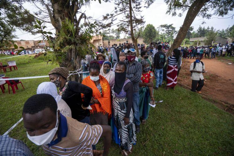 ▲대선 투표소에 몰려든 우간다 유권자들 모습 [이미지출처=연합뉴스]