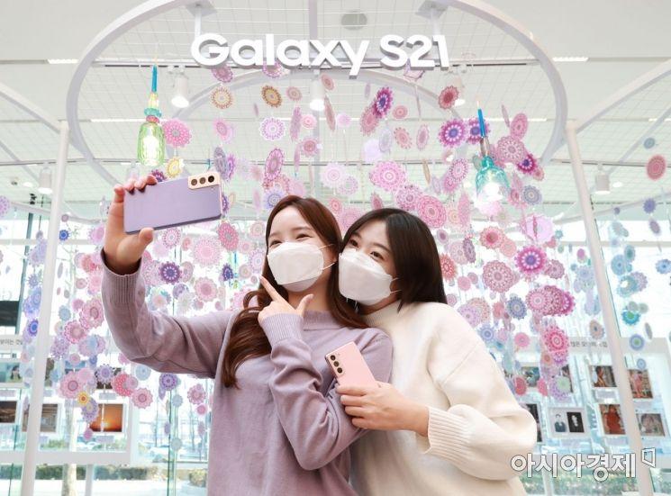 서울 강남구 삼성 디지털프라자 삼성대치점에서 모델들이 '갤럭시S21'으로 셀피를 촬영하고 있다. '갤럭시 투 고 ' 서비스 이용자들을 대상으로 삼성전자는 '갤럭시 S21 모먼트 사진 콘테스트'도 운영한다.