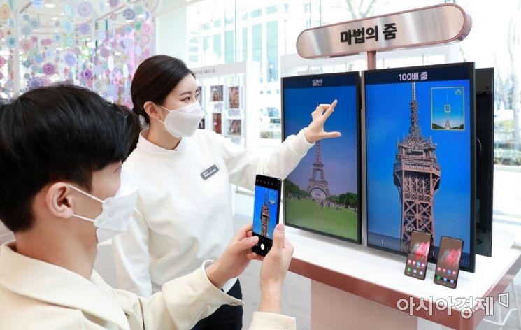 삼성전자는 전국 200여개 디지털프라자에서 '갤럭시 S21'을 3일간 대여해주는 갤럭시 투 고 서비스를 제공한다. 서울 강남구 삼성 디지털프라자 삼성대치점에서 갤럭시 팬큐레이터가 갤럭시 투 고 서비스를 안내하고 있다.