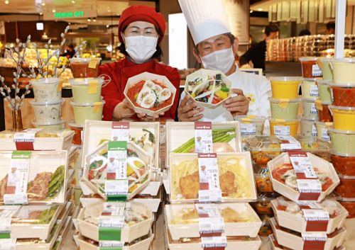 서울시 송파구 롯데백화점 잠실점 지하 1층 '마스터쿡 팝업스토어'에서 이상정 조리명장(오른쪽)과 허영분 세프(왼쪽)가 마스터쿡 제품을 선보이고 있다.
