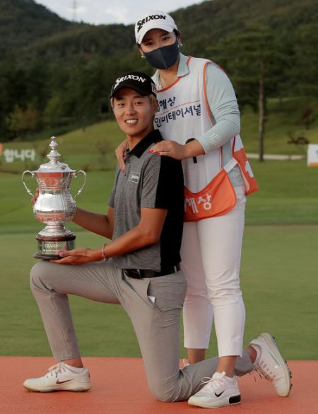 이창우와 지난해 9월 최경주인비테이셔널 우승을 합작한 선수 출신 캐디 여채현씨. 연말 혼인신고를 마쳐 부부가 됐다.