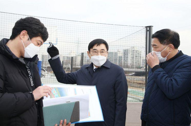 [포토] 이동진 도봉구청장, 중랑천 녹천교 시설물 정비현장 점검