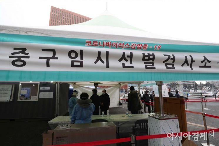 18일 서울역 광장에 마련된 신종 코로나바이러스 감염증 임시 선별검사소에서 시민들이 검사를 받기 위해 대기하고 있다. 질병관리본부 중앙방역대책본부는 이날 0시 기준 국내 코로나19 신규 확진자가 389명 늘어 누적 7만2729명이라고 밝혔다. /문호남 기자 munonam@
