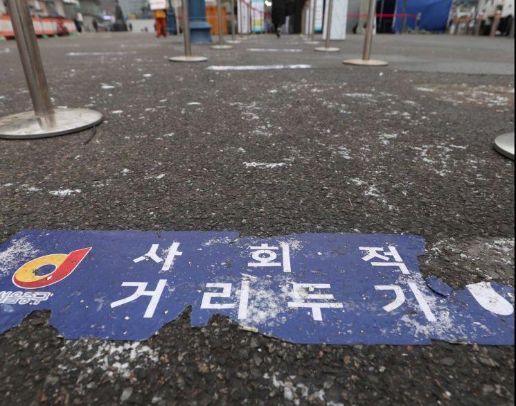 18일 서울역 광장에 마련된 신종 코로나바이러스감염증(코로나19) 임시 선별검사소가 한산한 모습이다. /문호남 기자 munonam@