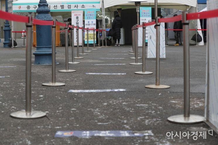 18일 오전 서울역 광장에 마련된 신종 코로나바이러스감염증(코로나19) 임시 선별검사소가 한산한 모습이다./문호남 기자 munonam@