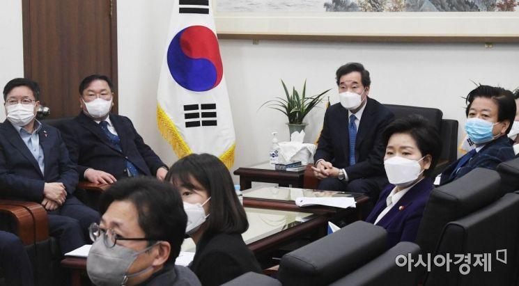 [포토] 문 대통령 기자회견 지켜보는 이낙연 대표