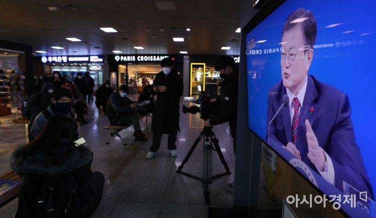 [포토]문재인 대통령 기자회견 보는 시민들