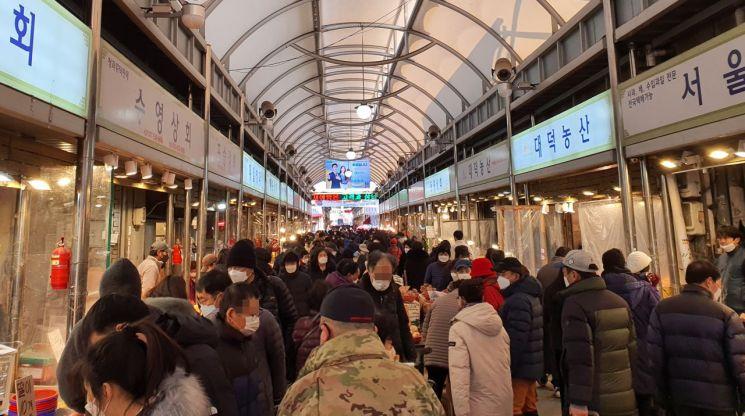 16일 오후 서울 경동시장이 영하의 날씨에도 장을 보러 나온 시민들로 북적이고 있다.
