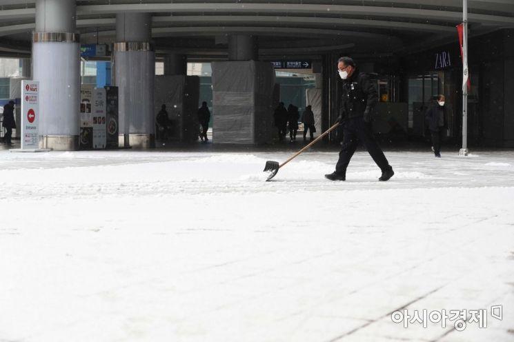 전국 곳곳에 대설주의보가 내려진 18일 서울역에 눈이 쌓이고 있다. /문호남 기자 munonam@