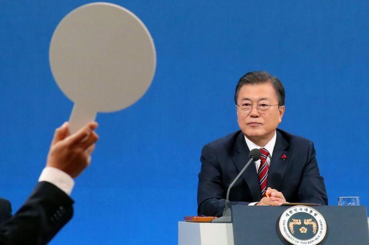 신년 기자회견에서 기자들의 질문을 받고 있는 문재인 대통령. [이미지출처=연합뉴스]