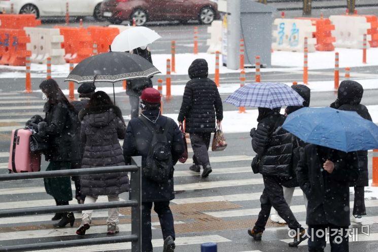 전국 곳곳에 대설주의보가 내려진 18일 서울역에서 시민들이 눈을 맞으며 이동하고 있다. /문호남 기자 munonam@