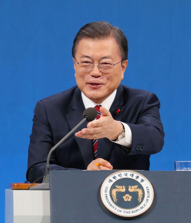 문재인 대통령이 18일 청와대 춘추관에서 열린 신년 기자회견에서 기자의 질문을 받고 있다. <사진=연합뉴스>