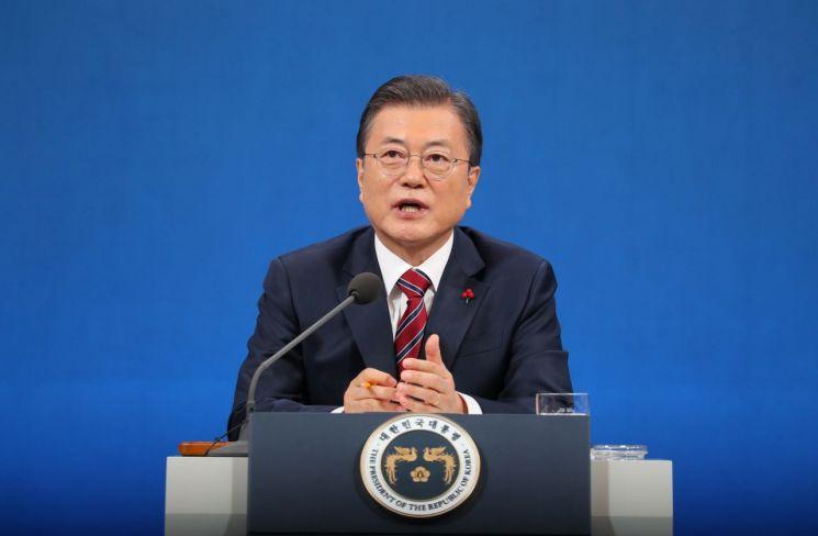 문재인 대통령이 지난 18일 청와대 춘추관에서 열린 신년 기자회견에서 기자의 질문에 답하고 있다./사진=연합뉴스