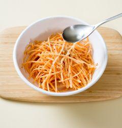 4. 색이 나면 식초와 깨소금을 넣고 소금으로 간을 맞춘다.