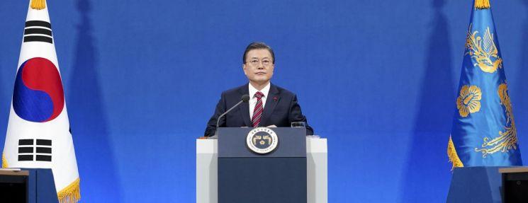 문재인 대통령이 18일 청와대 춘추관에서 열린 신년 기자회견에 참석해 있다. / 사진=연합뉴스